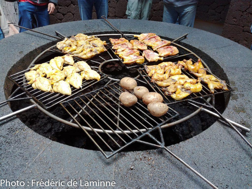 De la nourriture cuit grâce à la chaleur du volcan dans le parc de Timanfaya