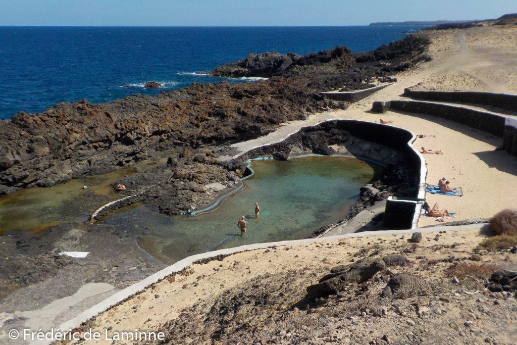 Des naturistes profitent des piscines naturelles de Charco del Palo