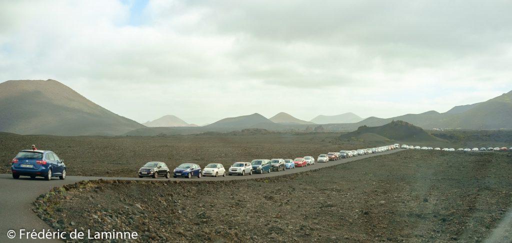 La file de voitures qui attendent pour pouvoir se garer sur les parkings des Montagnes de feu à 10h56 le 26/03/2018.