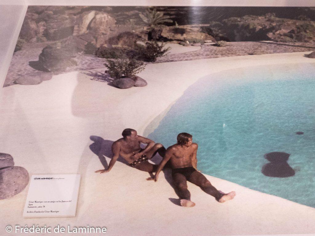 Manrique et un ami aux Jameos del Agua (photo vue à la fondation Manrique pour les 100 ans de sa naissance)