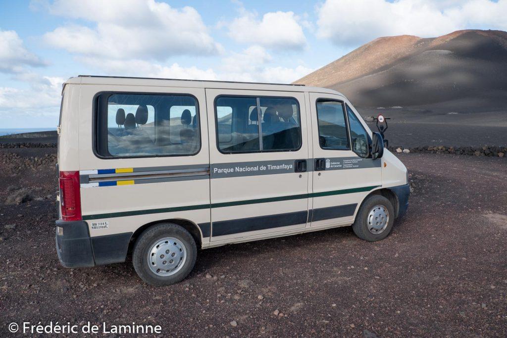 Un des minibus du parc national de Timanfaya utilisé pour prendre le départ de la marche de Tremesana.