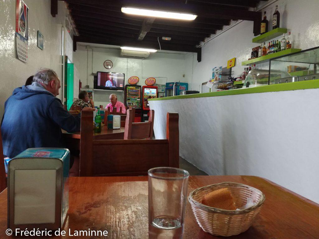 Le Bar Stop est un petit bar tapas sympa situé à Yaiza près de l'église