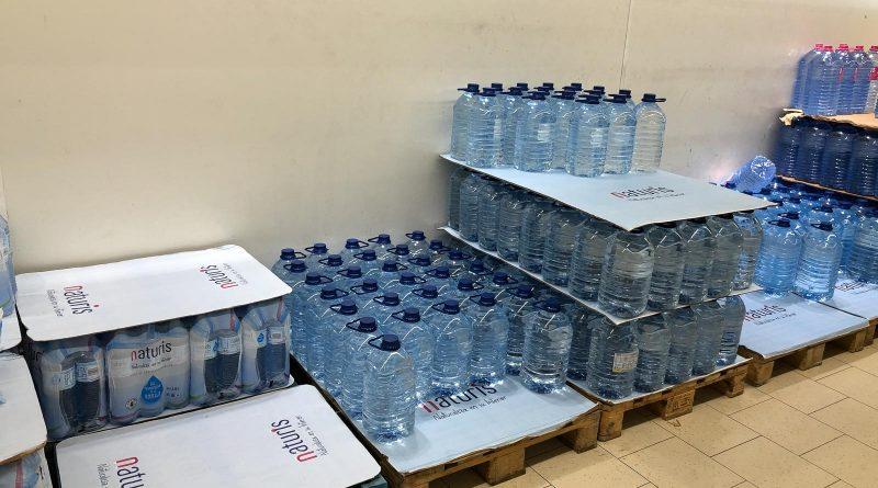 Stocks d'eau au Lidl de Puerto del Carmen sur l'île de Lanzarote.