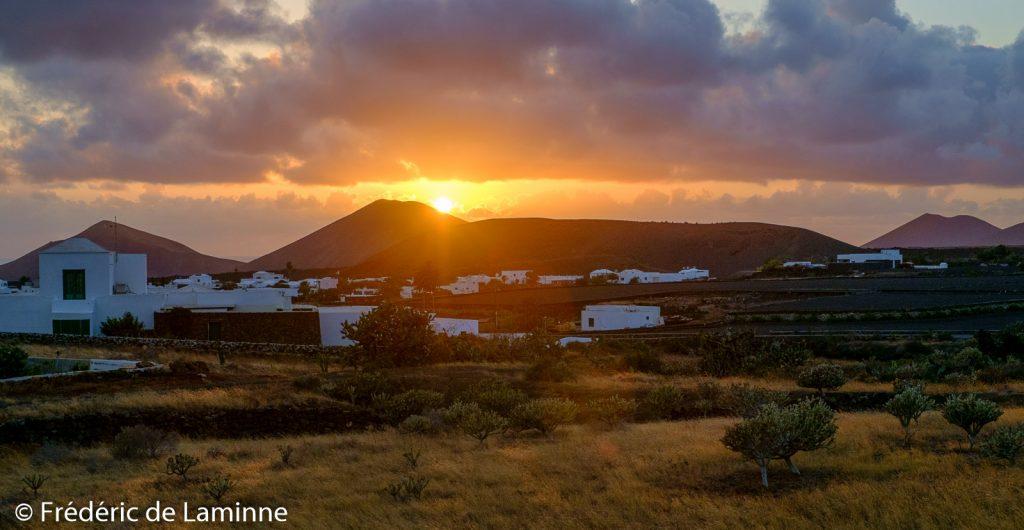 Le soleil se couche sur Yaiza, Lanzarote.