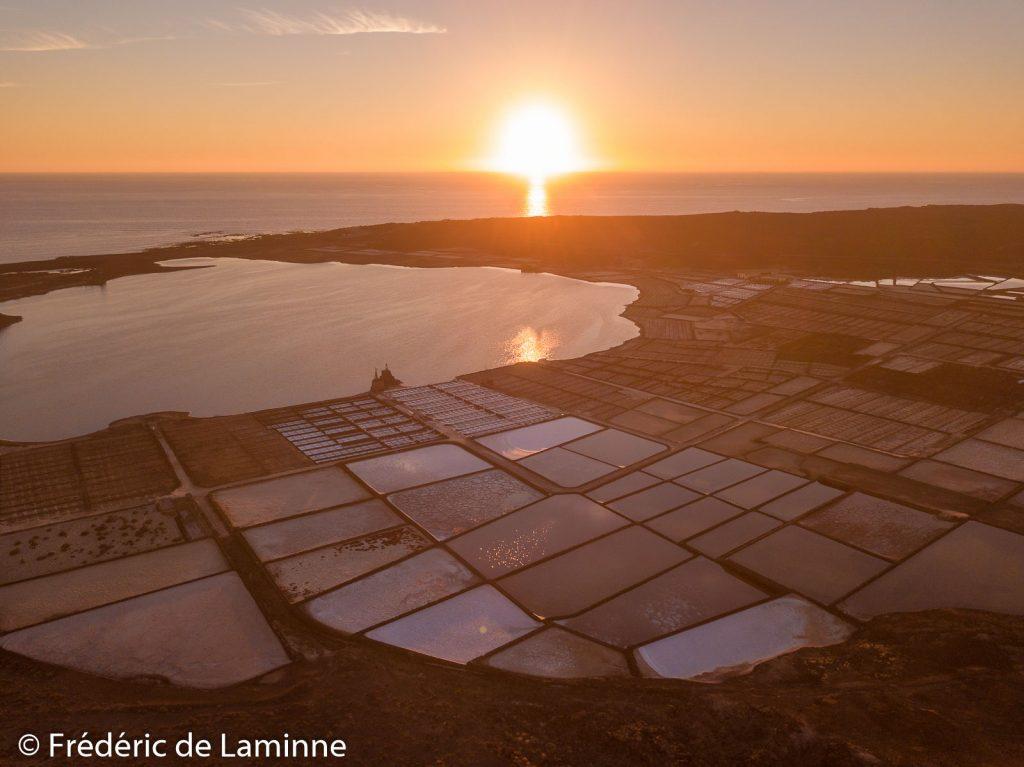 Le soleil se couche sur les marais salants des Salines de Janubio, Yaiza, Lanzarote