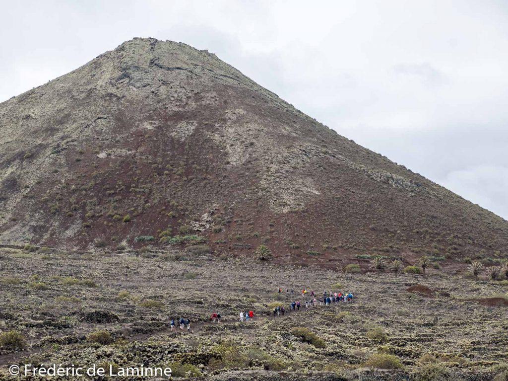 Un groupe de marcheurs commence à grimper le Monte Corona (Yé) sur l'île de Lanzarote