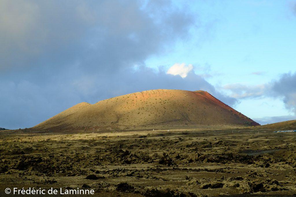 Un rayon de soleil éclaire la Montana Colorada près de Tinajo, Lanzarote.