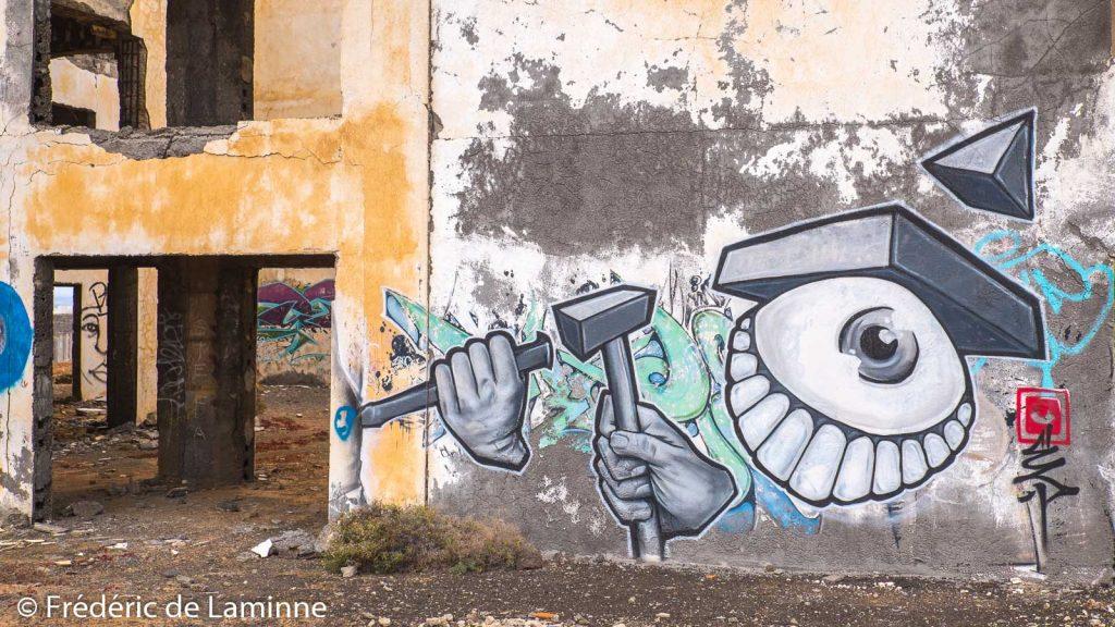 Des grafitis décorent l'hôtel abandonné Atlante del Sol près de Playa Blanca, Lanzarote
