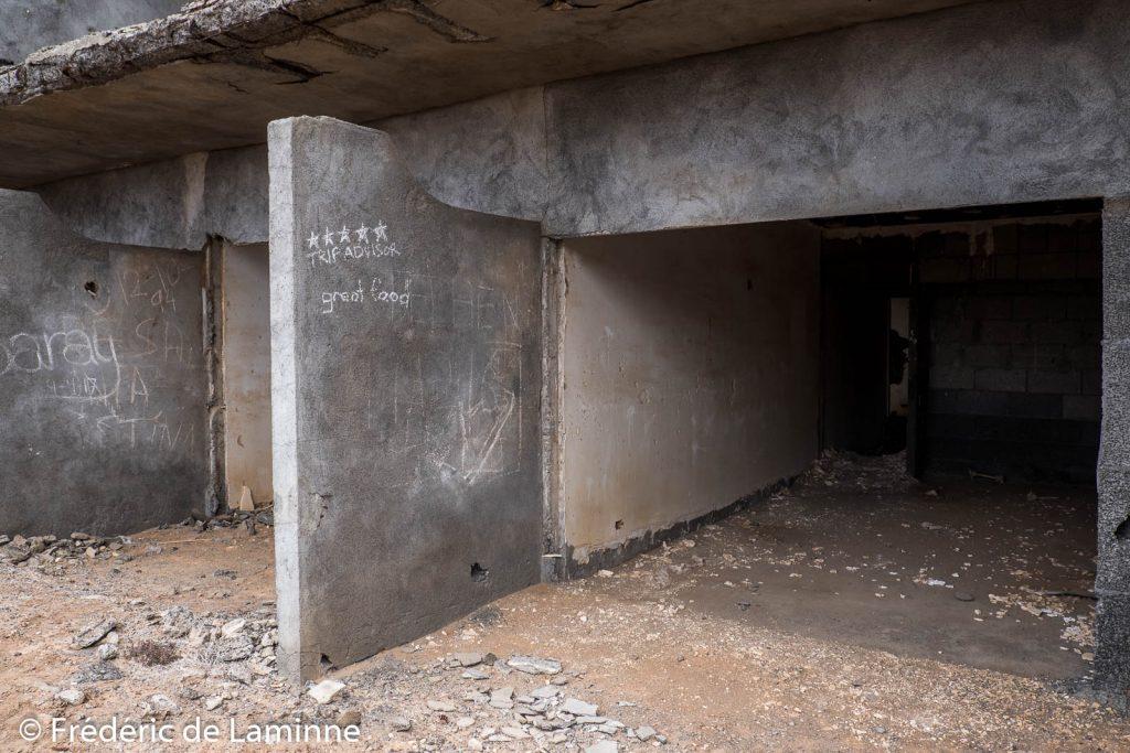 Des graffitis décorent l'hôtel abandonné Atlante del Sol près de Playa Blanca, Lanzarote