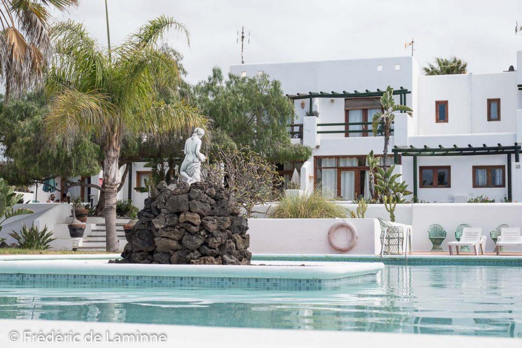 La piscine d'un petit complexe d'appartements à Charco del Palo