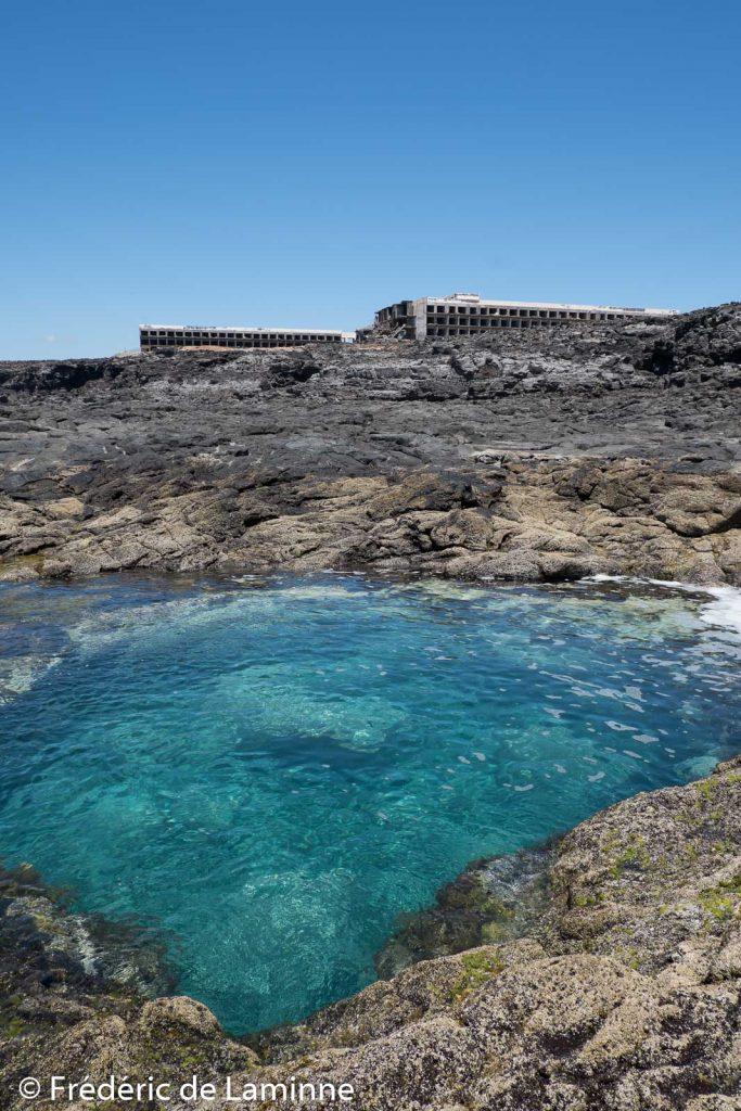 Piscines naturelles près de l'hôtel abandonné près de Playa Blanca
