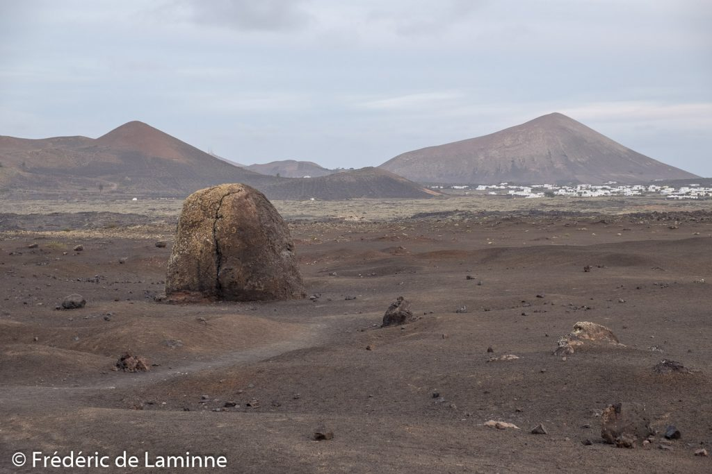 La bombe volcanique près de la Montana Colorada avec le village de Masdache à l'arrière plan.