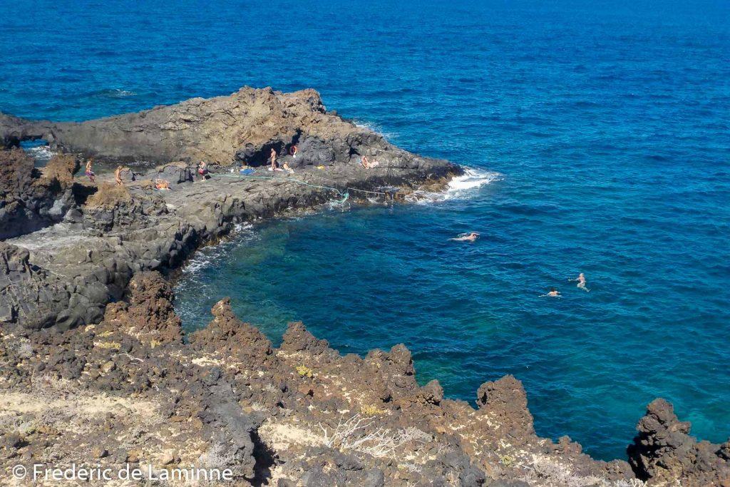 Le rochers des singes sert aux naturistes et aux plongeurs pour se mettre à l'eau