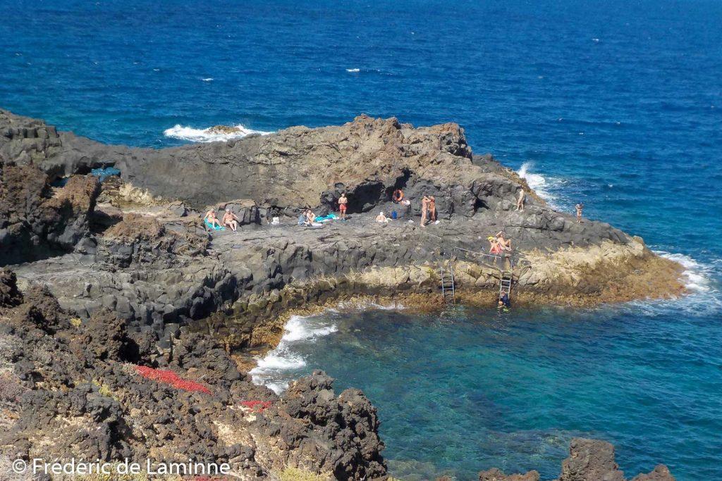 Le rocher des singes sert aux naturistes et aux plongeurs pour se mettre à l'eau