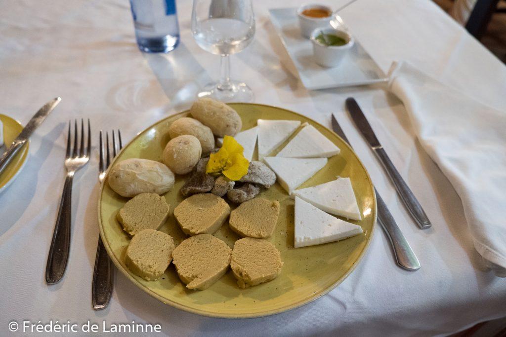 Entrée tipico canario avec papas arrugadas, du fromage local, des figues sèches et du gofio pétri. Restaurant grill Las Cadenas. Lanzarote