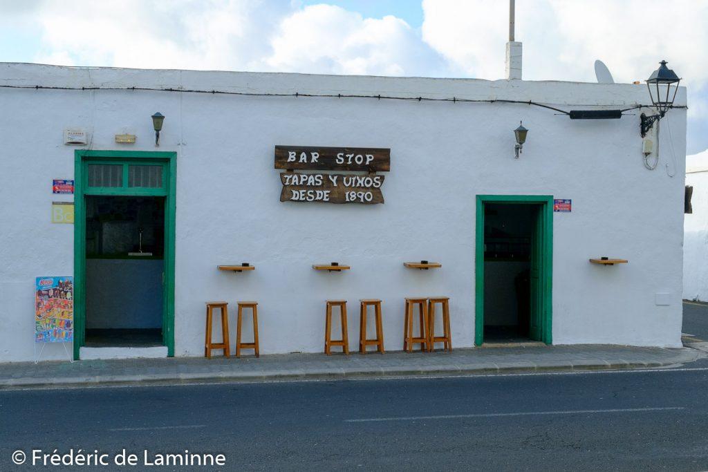 Le Bar Stop de Yaiza se trouve près de l'église.