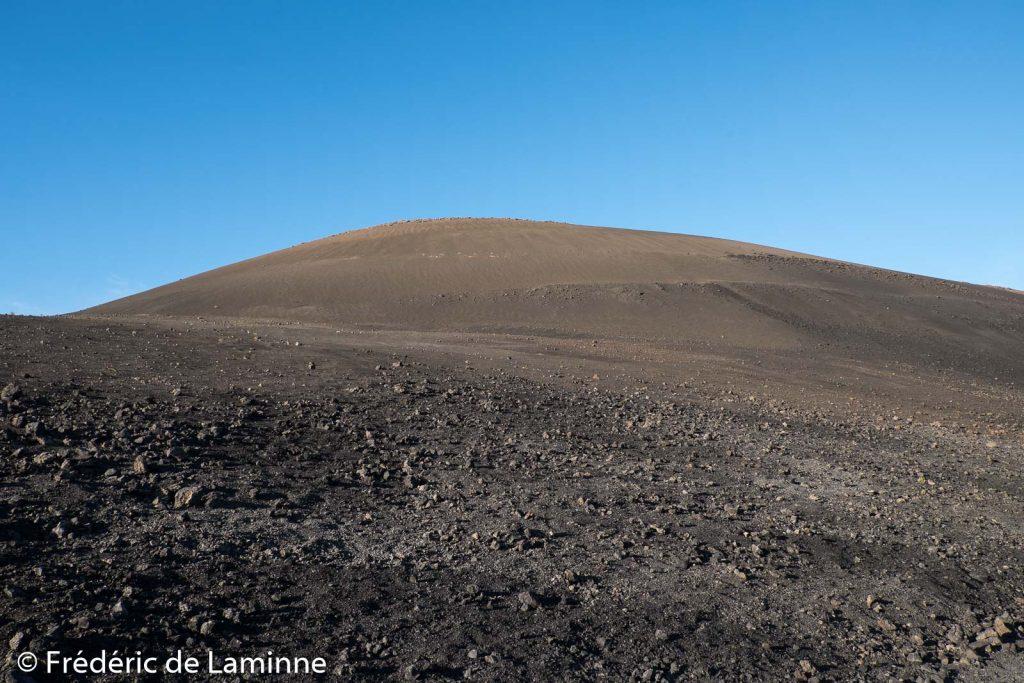 Le coté ouest/sud-ouest du cratère du volcan El Cuervo est plus imposant car recouvert de cendres volcaniques chassées par le vent.
