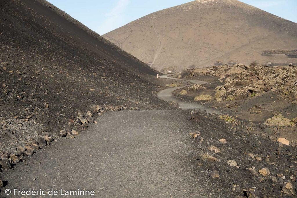 Un sentier de randonnée permet de faire le tour du volcan la montanta Cuervo. Cette balade facile permet également de pénétrer dans le cratère de l'ancien volcan.