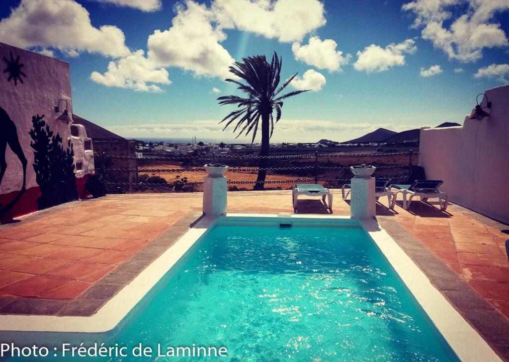 La piscine et la vue depuis l'Hôtel Casa de Hilario à Yaiza
