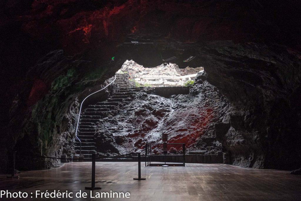 """A l'arrière de la scène de l'auditorium on trouve une cascade et le Jameo de """"La Cazuela"""". Ces lieux sont accessibles grâce à l'Insolita Experience aux Jameos del Agua."""