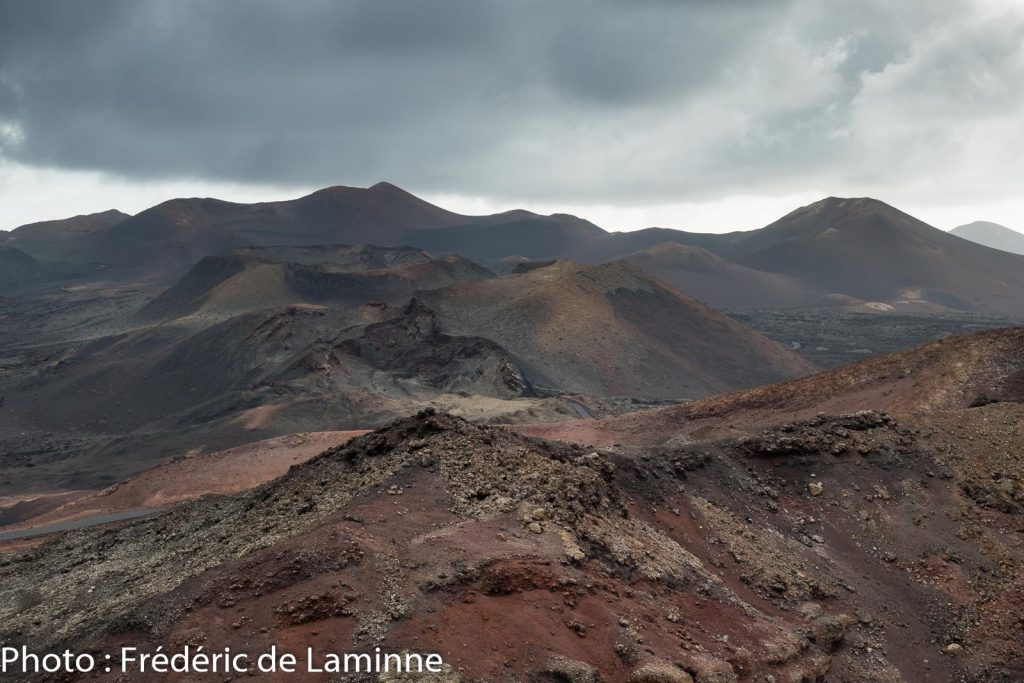 Depuis le mirador de la Montaña Rajada accessible durant l'expérience insolite au parc de Timanfaya on découvre de nouveaux panoramas.