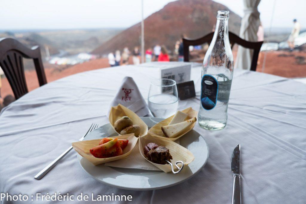 Comme les autres expériences insolites, celle à Timanfaya se termine avec une petite assiette de tapas composée de produits locaux.