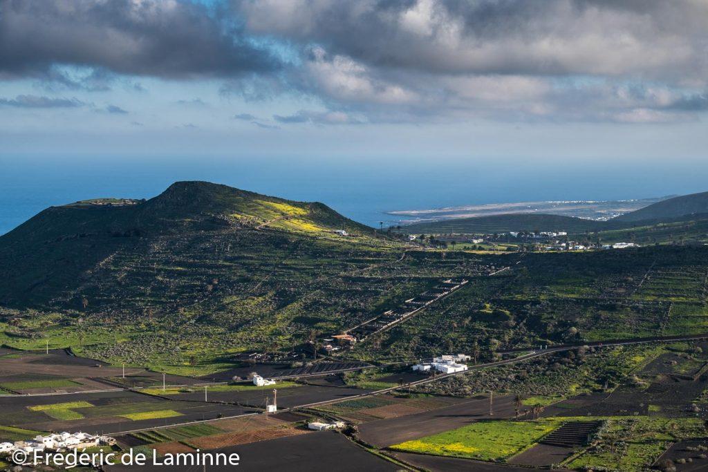 Une colline fleurie entre Maguez et Haria avec au loin Mala et Charco del Palo